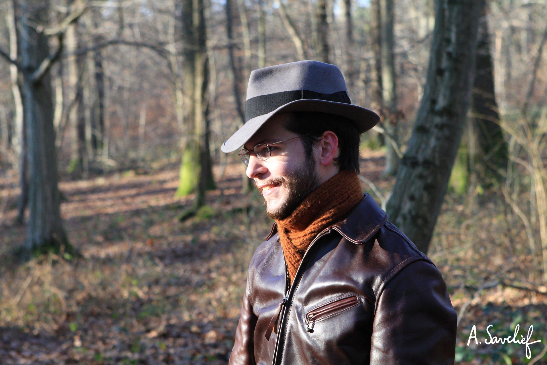 Alexis Savelief, compositeur de musique, en chapeau de feutre et blouson de cuir