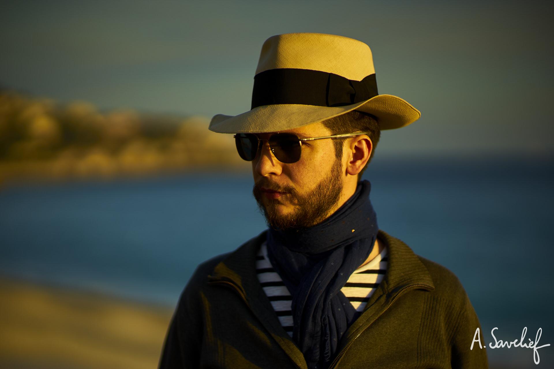 Alexis Savelief, compositeur de musique, en chapeau Panama Montecristi