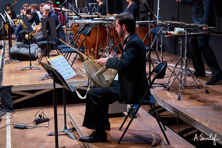 """Alexis Savelief au Waterphone MegaBass dans """"Leading Astray"""", Concerto pour Cristal Baschet & Orchestre d'Alexis Savelief"""