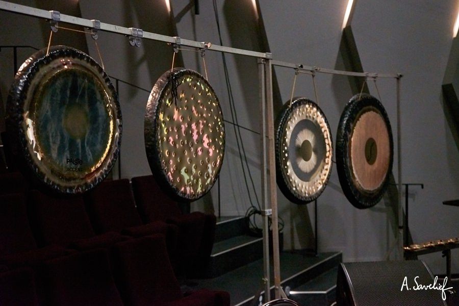 """Gongs Paiste Accent 22"""", Paiste Création Sonore #3. Terre, Tone of Life/Sona Eau/Lune et Paiste Planète Sedna à la percussion sur le plateau """"Leading Astray"""", Concerto pour Cristal Baschet & Orchestre d'Alexis Savelief"""