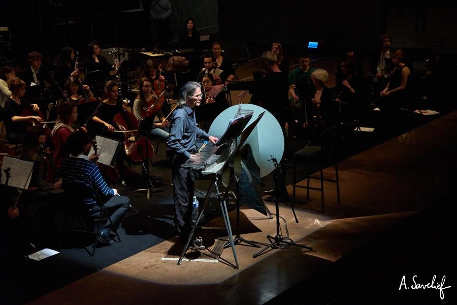 """Le cristaliste Michel Deneuve en soliste au Cristal Baschet, au début de """"Leading Astray"""", Concerto pour Cristal Baschet & Orchestre d'Alexis Savelief"""