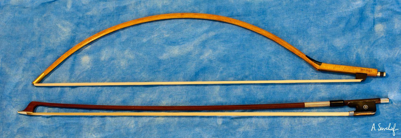 Comparaison entre un archet courbe BACH.Bogen et un archet classique de violoncelle