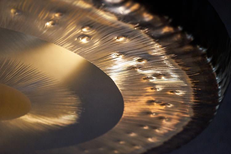 Détail de la couronne étoilée sur le pourtour du gong Tone of Life Quatre Éléments — Eau
