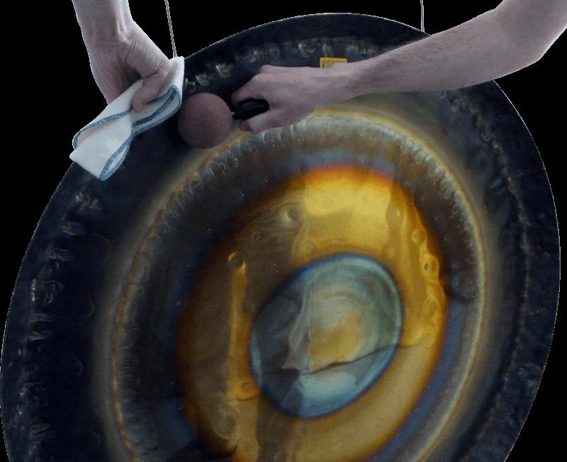 Pour contrôler l'émission du mode de vibration initial sur un gong avec une baguette superball